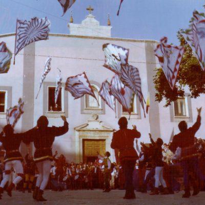 Esibizione degli sbandieratori dinanzi alla Chiesa (foto anni '80)