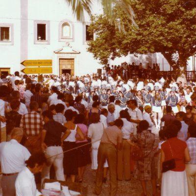 Esibizione delle Majorettes dinanzi alla Chiesa (foto anni '80)