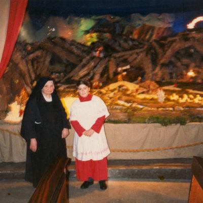 Suor Sabina Bisconti, allestimento del presepe in Chiesa (foto anni '90)